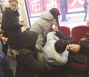 4名女研究生在轻轨车内施救晕厥男子。图片来源网络