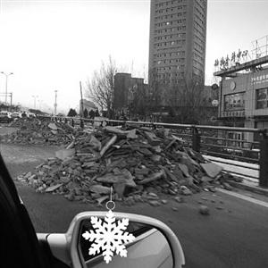 建筑垃圾堆在机动车道上。市民供图