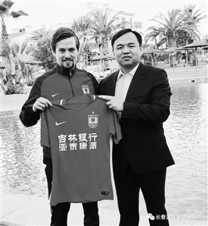 俱乐部总经理曾皎峰和丹麦外援维贝。