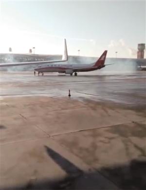 网友发布视频称多架飞机冒蓝烟。网络截图