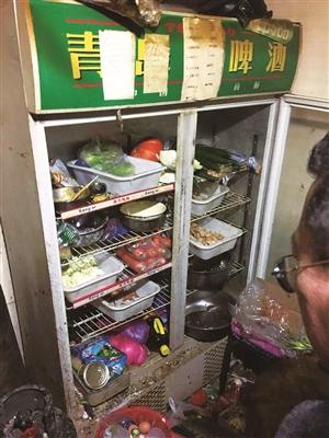 执法人员检查中发现存在食品安全问题的实体店。 于慧 摄
