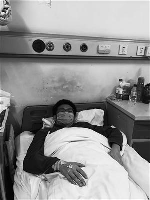 虚弱的吴连涛躺在病床上。 家属供图