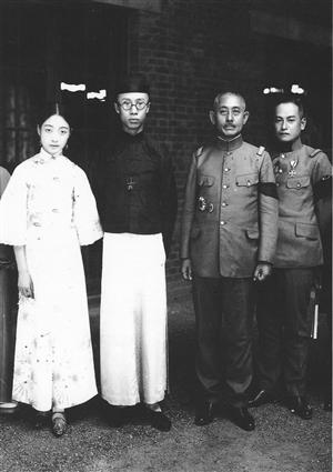 日本驻津军事官员拜访溥仪夫妇。