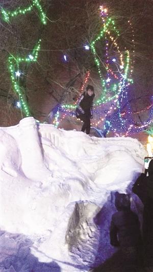 一名女子站在雪雕上。 市民供图