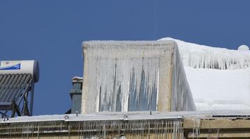 长春一居民楼顶现数十米长冰柱