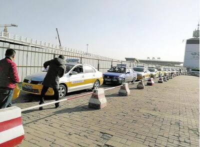 机场出租车加强管理后,出租车秩序井然。