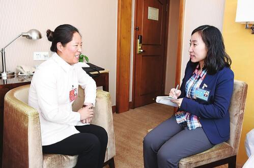 """记者采访人大代表王艳凤。作为来自基层的全国人大代表,她最关注的是""""三农""""问题。特派记者宋锴摄"""