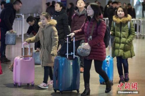 资料图:旅客从南京火车站出站。 中新社记者 泱波 摄
