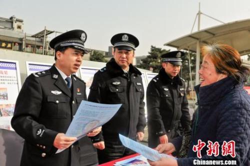 陕西省公安厅组织民警走上街头开展禁赌宣传。 陕西警方供图