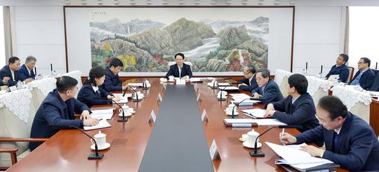 2月23日,省委副书记、省长景俊海主持召开省政府2018年第3次常务会议。邹乃硕 摄