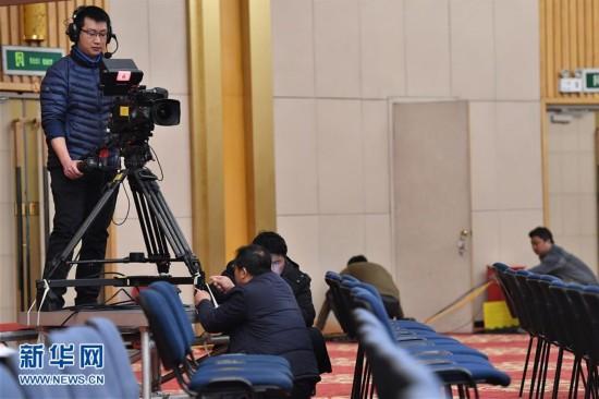 2月27日,工作人员在全国两会新闻中心的新闻发布厅内调试转播设备。新华社记者 李鑫 摄
