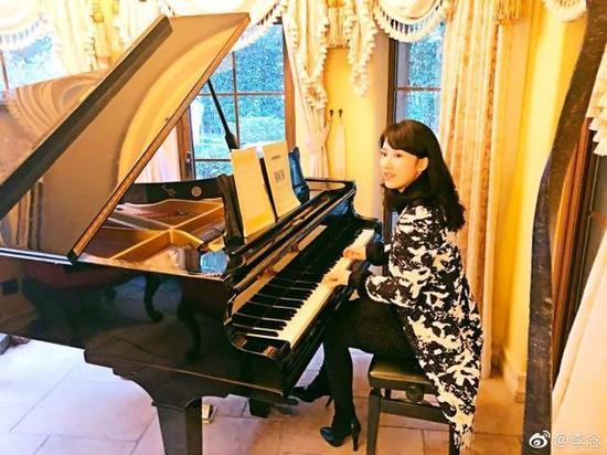 李念弹钢琴