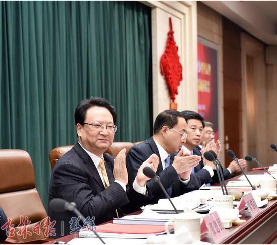 2月20日,吉人回乡创业就业合作发展座谈会在长春举行。省委副书记、省长景俊海主持会议并讲话。