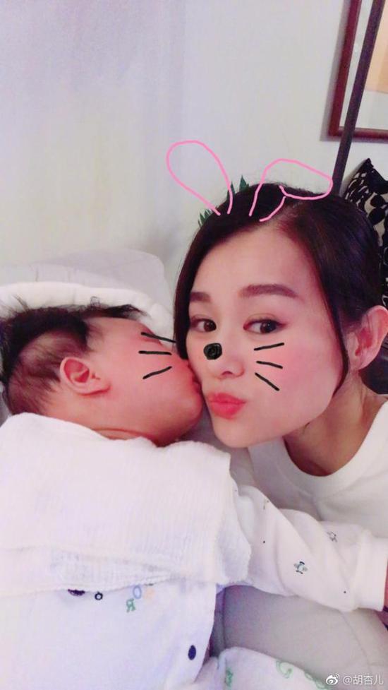 胡杏儿情人节获儿子献吻 宝宝双眼皮大眼睛超抢镜