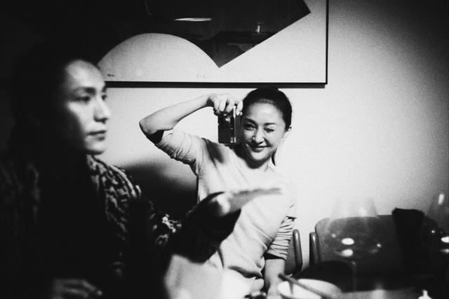 周迅扎丸子头少女十足 化身摄影师帮陈坤拍照