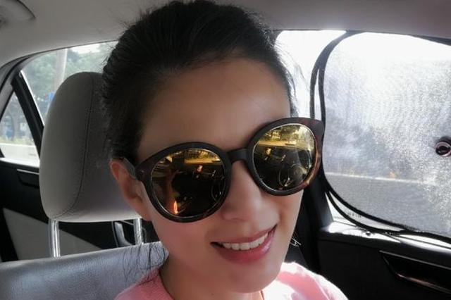 李若彤香港外出 穿粉色卫衣状态似少女