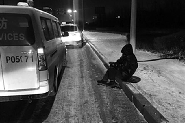 老人被扶起后坐在路边。市民供图