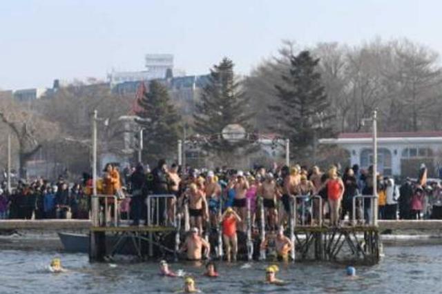 台湾学生看冬泳 为长春的冬泳健将们点赞