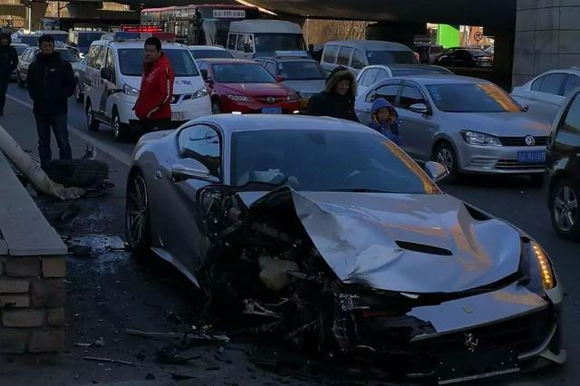 长春一90后司机误操作 500万法拉利新车撞灯杆