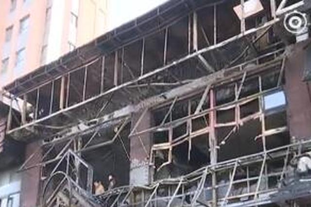 南四环路上一饭店起火:火势凶猛烧穿二楼