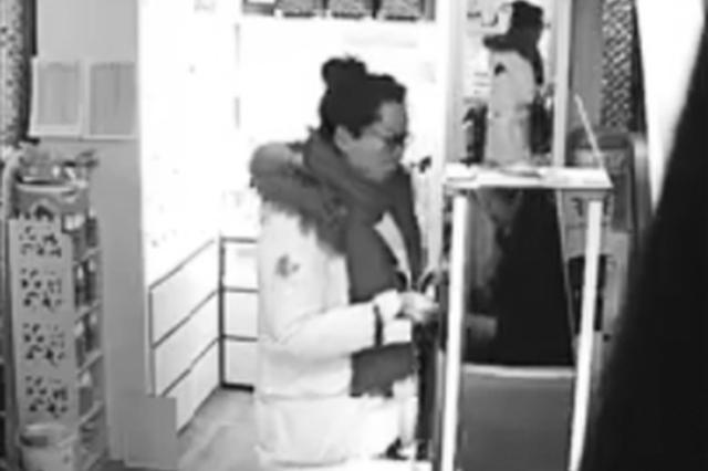 长春一头饰店顺走手机的白衣女子 你被监控拍下了