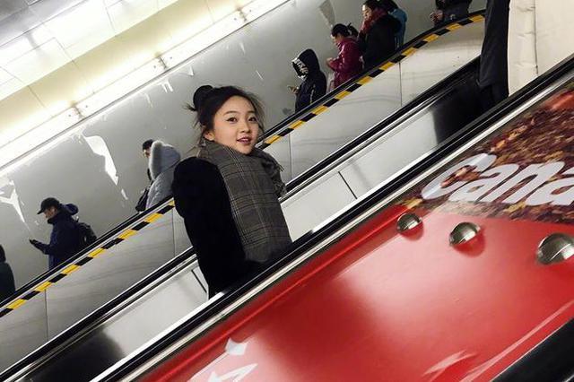 林妙可现身北京西单 瘦身成功小V脸抢镜