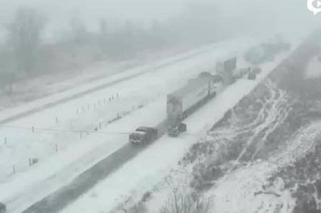 实拍:高速公路积雪严重 70多辆车接连相撞