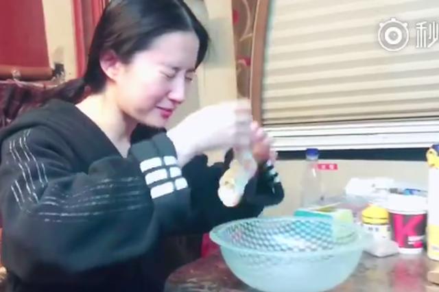 """刘亦菲晒另类洗脸视频 网友惊呼""""脸真小"""""""