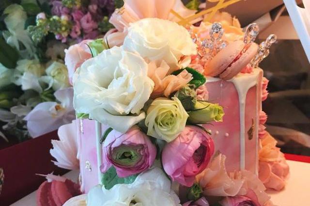 李湘微博庆祝42岁生日 网友:你还是24岁的样子