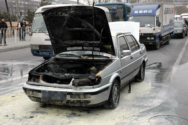 长春市南部快速路一辆捷达轿车发生自燃