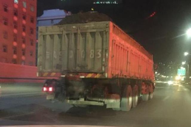 长春一辆满载渣土的大货车在快速路上狂奔被监控拍到