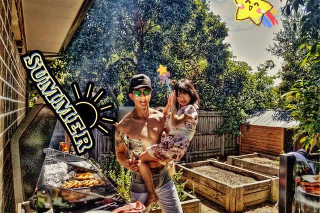 吴尊和亲友开泳池烧烤趴 单手抱女儿烧烤大秀肌肉