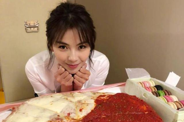刘涛晒超大披萨照片 难抵美食诱惑尽显少女本色