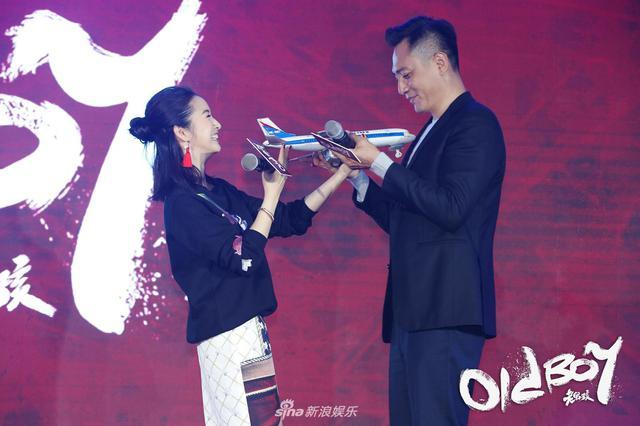 刘烨现场对林依晨撒娇卖萌 自曝和雷佳音头围相似