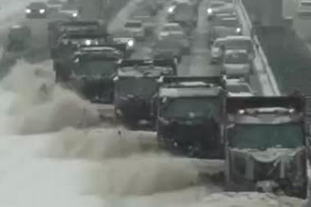 长春街头大型现代化机械清雪场面震撼