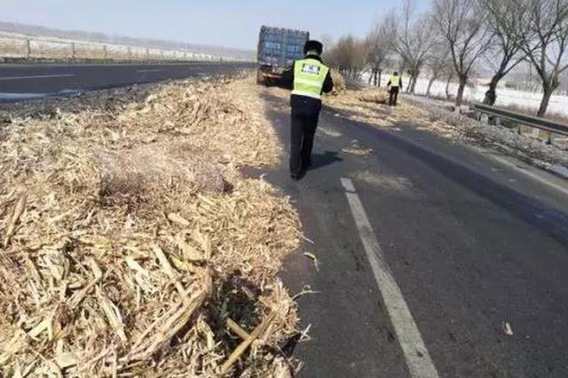 4个总重量5吨多的大草包从车上掉落 司机竟然不知道