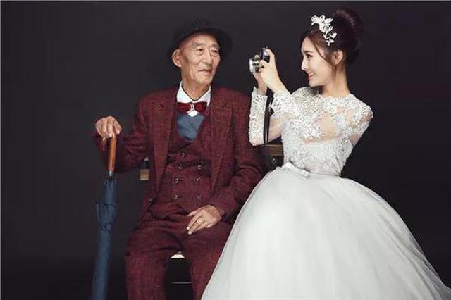 女孩和病重爷爷拍婚纱照 还把他头像纹在胳膊上