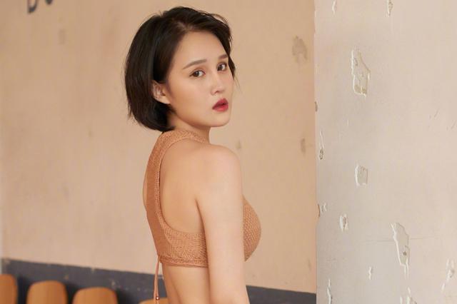 赵本山女儿首登《男人装》 穿泳衣秀傲人身材