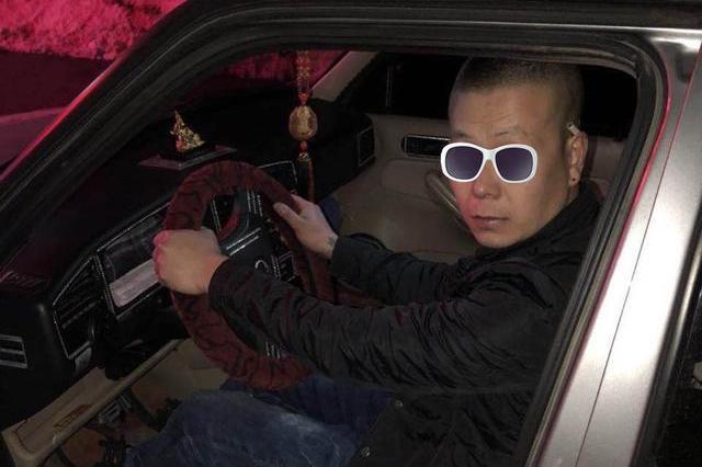 男子凌晨驾车等红灯时竟睡着了 交警敲窗时发现……