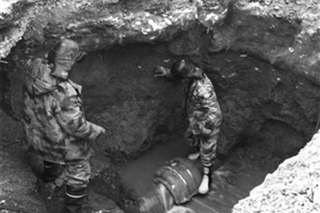 长春一路口供水管道突然爆裂 水务集团连夜抢修