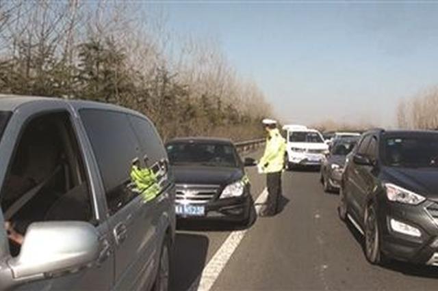 高速占用应急车道违法停车 多名驾驶员被罚