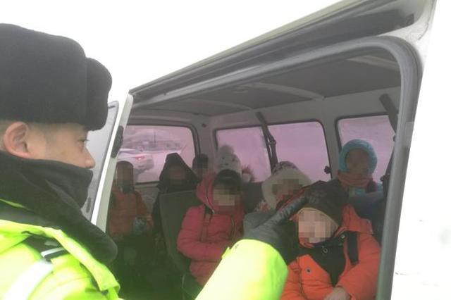 长春一司机驾驶面包车核载6人拉14人 还都是孩子!