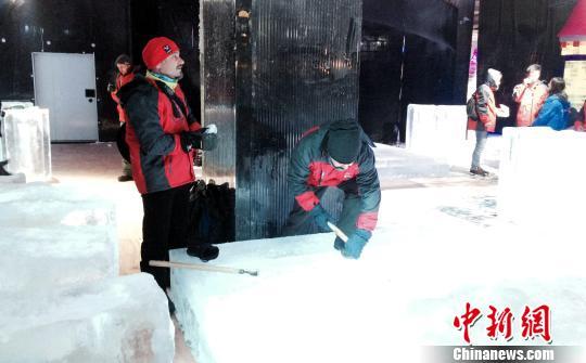 国内外26位冰雕高手齐聚江西龙虎山 比拼冰雕技艺