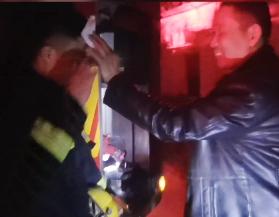 近日,消防员救完火后浑身湿透,老人笑着帮消防员擦汗。