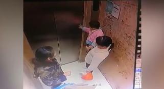 幼童乘电梯扶门家长未制止,开门后手指被紧紧夹进电梯缝。