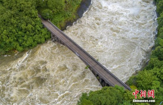 暴雨致水位超汛限 江口水库今年首次开闸泄洪