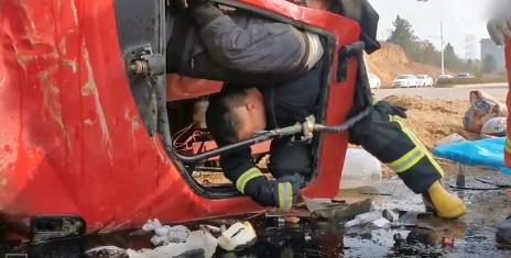 吉安:消防员以背为柱 撑起车祸中受伤的司机