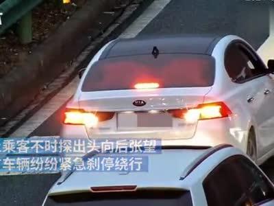 一司机高速路倒车试图回匝道 自称心疼父亲晕车