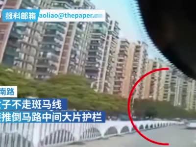 萍乡一女子推倒路中央护栏,差点砸中行驶车辆