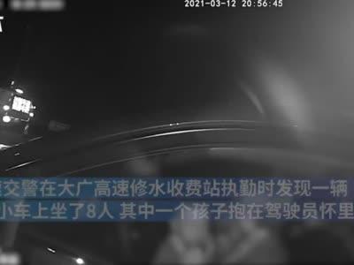 一家人外出游玩,女司机手抱小孩开上高速